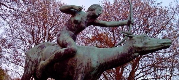 Skulpturen im Hamburger Stadtpark: Diana auf der Hirschkuh
