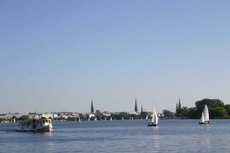 Schiffe auf der Alster: typisch Hamburg