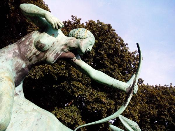 Nackte Frau auf Hirschkuh Skulptur / Bronze im Stadtpark Hamburg